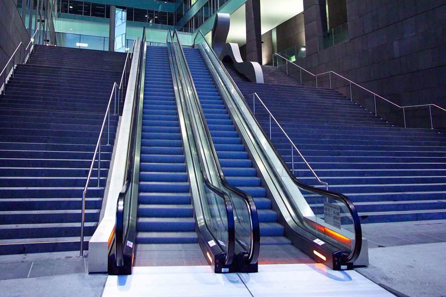Thang máy cuốn hiện đại kết hợp với thang bộ